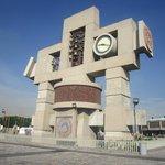 Momunento de el reloj  azteca en la plaza de la Basilica