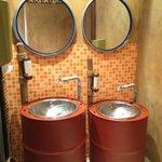 Waschbecken auf der Toilette