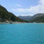zicht op een meer voor drinkwater in de bergen