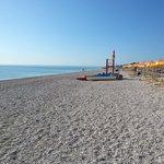 Mare calmo, spiaggia deserta.