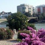 Vista del ponte di San Telmo che collega l'albergo alle zone di maggior interesse della città.