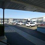Zweigeschossige Motelanlage mit zentralem Parkplatzhof