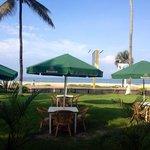 Terrasse extèrieure du restaurant avec vue sur la mer et la côte sauvage.