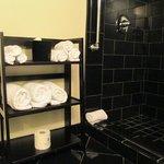 super douche bien conçue : pour une fois la robineterie n'est pas sous le pommeau de douche