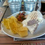 tortilla con hamburger, bacon, nachos e caponata