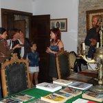 Visita al salón principal del Museo de la Casa de la Troya