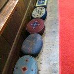 geborduurde kussen in kerk
