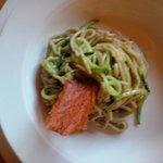 Spaghetti integrali al torchio con pesto di rucola, noci e zucchini, marinati con olio del Garda