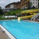 Poolbereich und Hotel