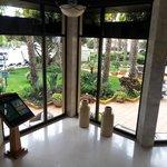 Blick von der Lobby in die Gartenanlage