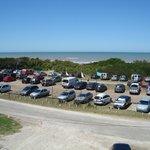 Vista desde la habitación: estacionamiento público y playa