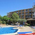 вид отеля со стороны бассейна