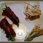 Antipasto con involtini di bresaola e robiola, fiore di zucca fritto e mille foglie di carasau