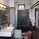zeer ruime badkamer