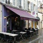 la façade sous la pluie. Petite terrasse.