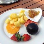 Ананасы и мёд в сотах на завтраке с шампанским