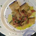 Paccheri porro prosciutto croccante e pistacchi