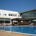 Le bar et la piscine animée