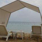 Carpas y sillas en la playa