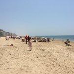 Пляж Виктория недалеко от спортивных площадок