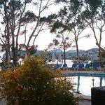 Vista desde los sofas de delante de la piscina al anochecer