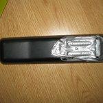 Ein silbriges Klebeband ersetzt die Batterieklappe und die Finger bleiben kleben!