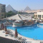 Вид на бассейн и пирамиды