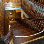 3階までの吹きぬけているホールと階段