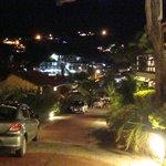 vista de noche en la  bajada de la habitacion