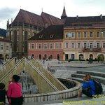 Вид на фонтан, за ним - Черная Церковь
