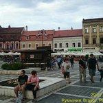 На площади расположено множество закусочных и кафе