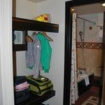 Открытый гардероб перед входом в ванную