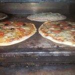 Un exemple des pizzas en train de cuire.