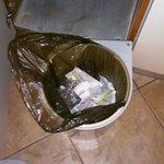 nevynesené odpadky od předchozích hostů