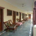 D'agréables fauteuils devant les chambres