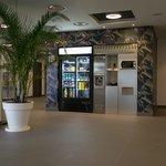 ホテル1階の電子レンジと自動販売機