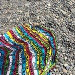 O piso é de pedra, diferente das praias brasileiras, sugiro andar com um sapatinho próprio!