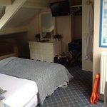 le lit principal au milieu de la pièce