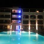 hotel Albatros et sa piscine principal vu de nuit