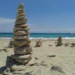 piramidi di sassi sulla spiaggia