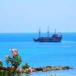 Иногда с балкона можно увидеть пиратский корабль