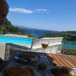 Desayuno con unas vistas inigualables en la zona de la piscina. Julio 2014