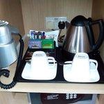 Calentador de agua con café, te, galletas