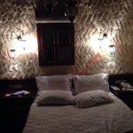 Кровать в номере.