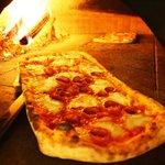 pizza  a metro rossa con salamino