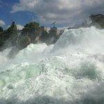 Blick auf den Wasserfall von der unteren, großen Aussichtsplattform