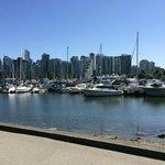Uitzicht op downtown Vancouver en de jachthaven