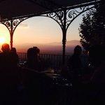 Repas au coucher de soleil sur la terrasse.