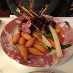 Lammkarree mit Kroketten, Spargel und Gemüse, innen zart aussen knusprig