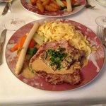 Ein leckeres Schweine-Schnitzel mit Pfifferling-Rahmsoße, Bandnudeln und Gemüse, war gut